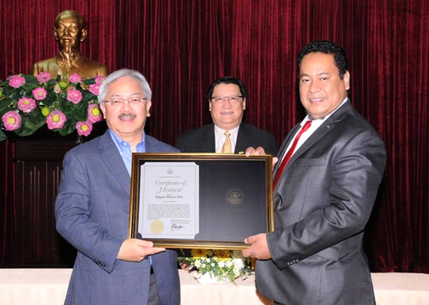 Mayor of San Francisco (USA) awarded Sai Gon Silicon City certificate in Ho Chi Minh City